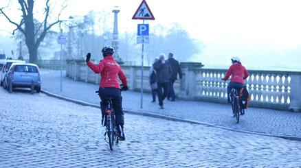 Radfahrern von hinten winkt zum Abschied