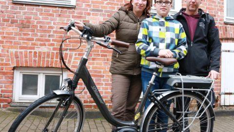 Familie mit E-Bike