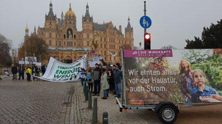 Menschen demonstrieren mit Bannern und Plakaten
