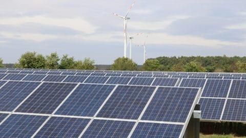Energiedorf Lübesse | Photovoltaikanlagen mit Windrädern im Hintergrund