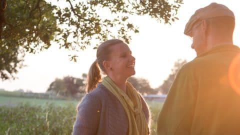 Frau und Mann unterhalten sich im Sonnenuntergang