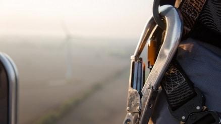 Auf einem Windrad mit Sicherungshaken