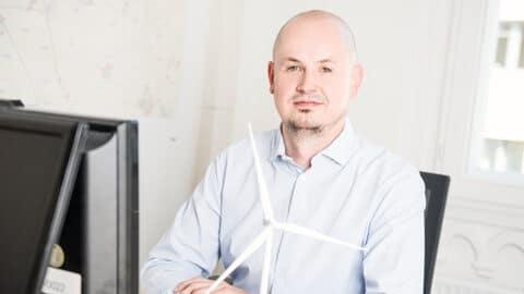 Porträt Rainer Magdowski mit Mini-Windrad