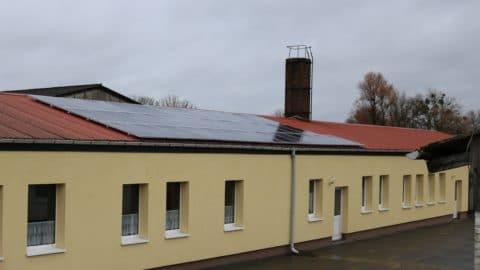 Begegnungszentrum Kublank | Baracke mit Solaranlage auf dem Dach