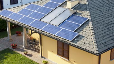Einfamilienhaus mit Solardach aus der Vogelperspektive.