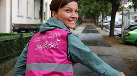 Radfahrerin schaut über die Schulter