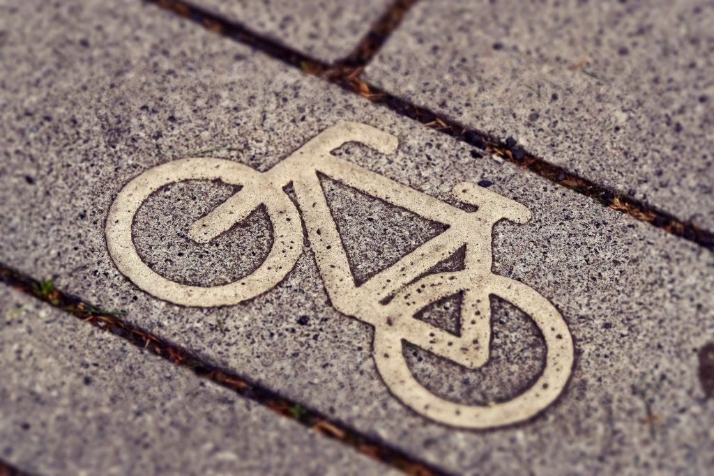 Fahrradsymbol auf Pflasterstein