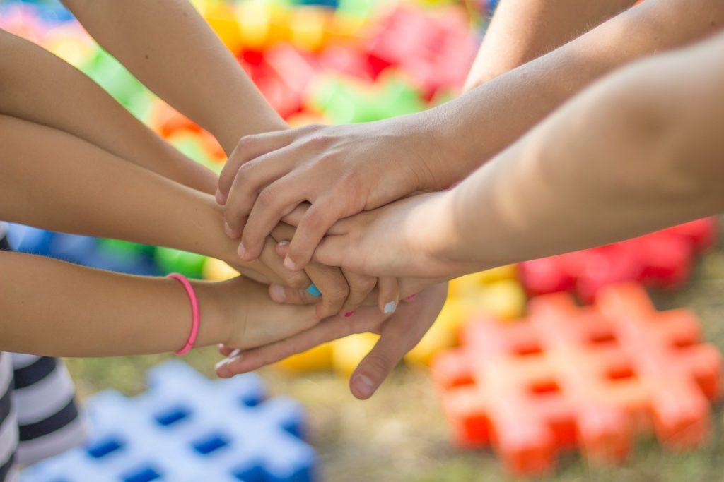 Kinderhände übereinander