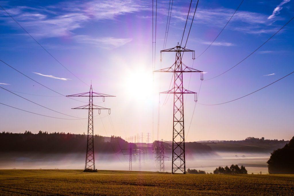 Strommasten im Morgendunst