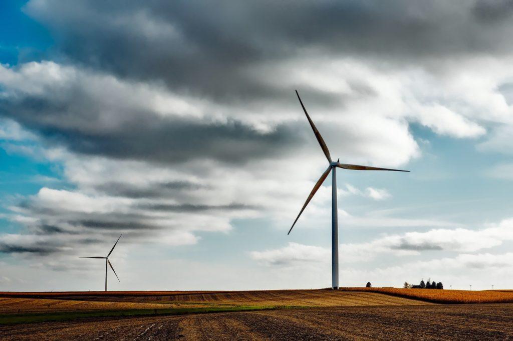 Zwei Windräder auf einem Feld