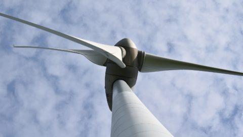 Turm Windenergieanlage und Rotor von unten