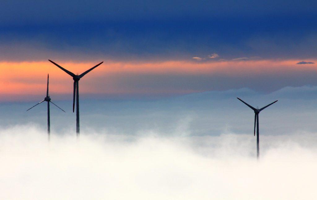 Sonnenaufgang mit drei Windrädern